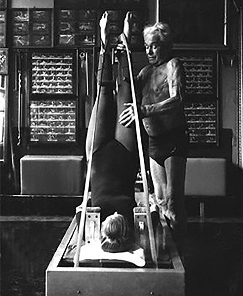 Joseph Pilates esercizio con attrezzo pilates